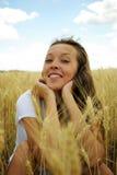 Mujer hermosa joven en campo de trigo de oro Imagen de archivo libre de regalías
