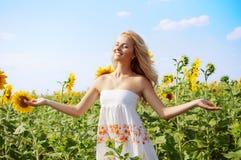 Mujer hermosa joven en campo en verano foto de archivo libre de regalías