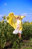 Mujer hermosa joven en campo en verano Imagenes de archivo
