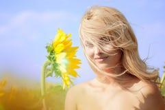 Mujer hermosa joven en campo en verano Fotos de archivo libres de regalías