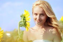 Mujer hermosa joven en campo en verano fotografía de archivo