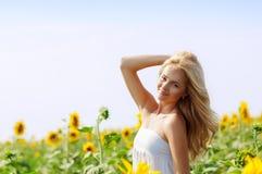 Mujer hermosa joven en campo en verano Fotos de archivo