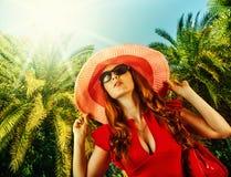 Mujer hermosa joven en centro turístico tropical Fotos de archivo libres de regalías
