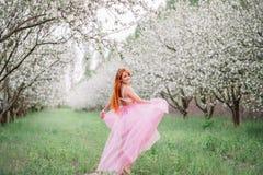 Mujer hermosa joven en el jardín de la primavera Foto de archivo libre de regalías