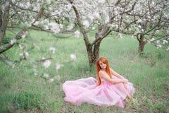 Mujer hermosa joven en el jardín de la primavera Foto de archivo