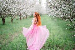 Mujer hermosa joven en el jardín de la primavera Fotos de archivo libres de regalías