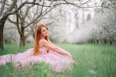 Mujer hermosa joven en el jardín de la primavera Imagen de archivo libre de regalías