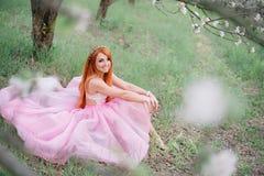 Mujer hermosa joven en el jardín enorme Fotos de archivo libres de regalías