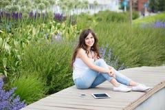 Mujer hermosa joven en el parque con los artilugios Imagenes de archivo