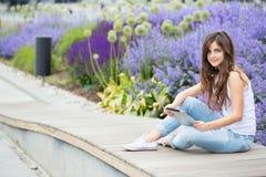 Mujer hermosa joven en el parque con los artilugios Imagen de archivo libre de regalías