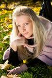 Mujer hermosa joven en el parque del otoño fotos de archivo