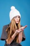 Mujer hermosa joven en el sombrero blanco del invierno Fotografía de archivo libre de regalías