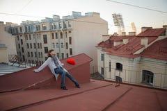 Mujer hermosa joven en el tejado con un paraguas Wal romántico Fotografía de archivo libre de regalías