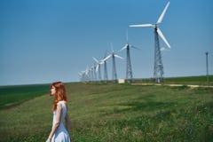 Mujer hermosa joven en el vestido blanco en campo del verano Foto de archivo libre de regalías