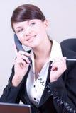 Mujer hermosa joven en enviro de la oficina Foto de archivo libre de regalías