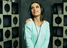 Mujer hermosa joven en equipo casual que disfruta de la música en casa Fotos de archivo libres de regalías