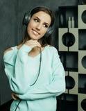 Mujer hermosa joven en equipo casual que disfruta de la música en casa Imagen de archivo libre de regalías