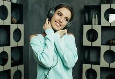 Mujer hermosa joven en equipo casual que disfruta de la música en casa Foto de archivo libre de regalías