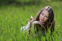 Mujer hermosa joven en hierba Fotos de archivo