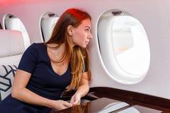 Mujer hermosa joven en interior de lujo en el jet del negocio Fotografía de archivo libre de regalías