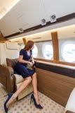 Mujer hermosa joven en interior de lujo en el jet del negocio Fotos de archivo
