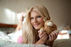 Mujer hermosa joven en la cama en su casa Fotos de archivo