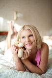 Mujer hermosa joven en la cama en su casa Fotos de archivo libres de regalías
