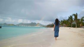 Mujer hermosa joven en la costa tropical Muchacha feliz que se relaja en la playa tropical de la arena blanca almacen de metraje de vídeo