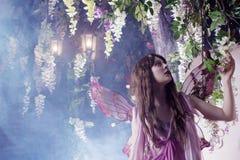 Mujer hermosa joven en la imagen de hadas, bosque oscuro mágico Imagen de archivo