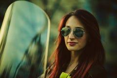 Mujer hermosa joven en la motocicleta Foto de archivo libre de regalías