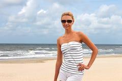 Mujer hermosa joven en la playa Foto de archivo libre de regalías