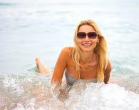 Mujer hermosa joven en la playa Imagen de archivo libre de regalías