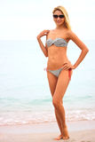 Mujer hermosa joven en la playa Imágenes de archivo libres de regalías