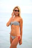 Mujer hermosa joven en la playa Imagen de archivo
