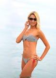Mujer hermosa joven en la playa Fotos de archivo