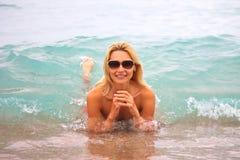 Mujer hermosa joven en la playa Fotografía de archivo libre de regalías