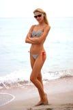 Mujer hermosa joven en la playa Fotos de archivo libres de regalías