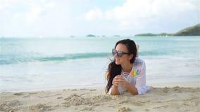 Mujer hermosa joven en la playa durante vacaciones tropicales metrajes