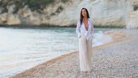 Mujer hermosa joven en la playa tropical blanca metrajes