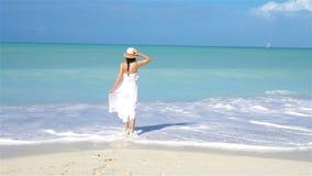 Mujer hermosa joven en la playa tropical de la arena blanca metrajes
