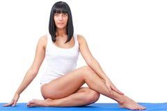 Mujer hermosa joven en la posición de la yoga Fotografía de archivo libre de regalías