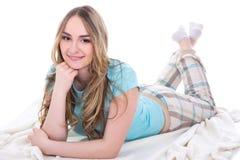 Mujer hermosa joven en la ropa de noche que miente en la manta aislada encendido Imagen de archivo libre de regalías