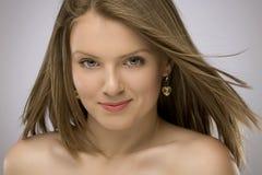 Mujer hermosa joven en lanzamiento del estudio Imagenes de archivo