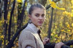 Mujer hermosa joven en parque Imagenes de archivo