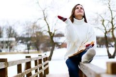 Mujer hermosa joven en parque del invierno Imagenes de archivo