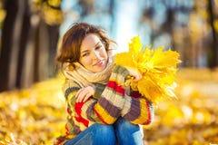 Mujer hermosa joven en parque soleado Foto de archivo libre de regalías