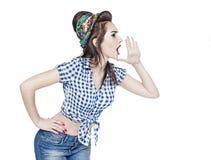 Mujer hermosa joven en perno retro encima del estilo que grita con su ha Fotografía de archivo