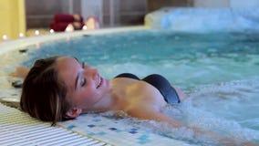 Mujer hermosa joven en piscina almacen de video