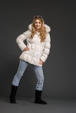 Mujer hermosa joven en ropa del invierno Imagen de archivo