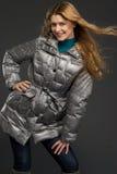 Mujer hermosa joven en ropa del invierno Fotografía de archivo